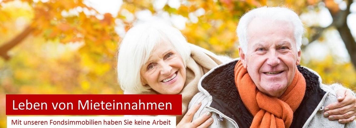 zufriedenes Rentnerpaar ohne Geldsorgen