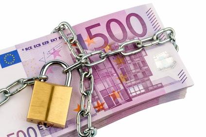 Euro-Geldscheine mit Kette und Vorhängeschloss.