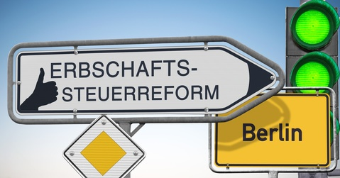 Das Bild zeigt ein Verkehrsschild mit der Aufschrift Erbschaftssteuerreform