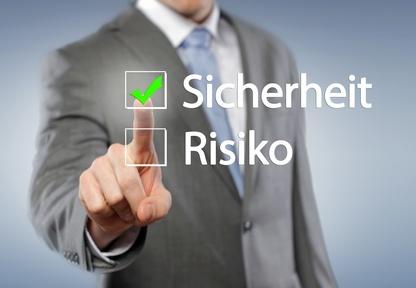 Das Bild zeigt einen Mann, der Sicherheit vor Risiko wählt