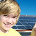 Jugendlicher vor Solaranlage